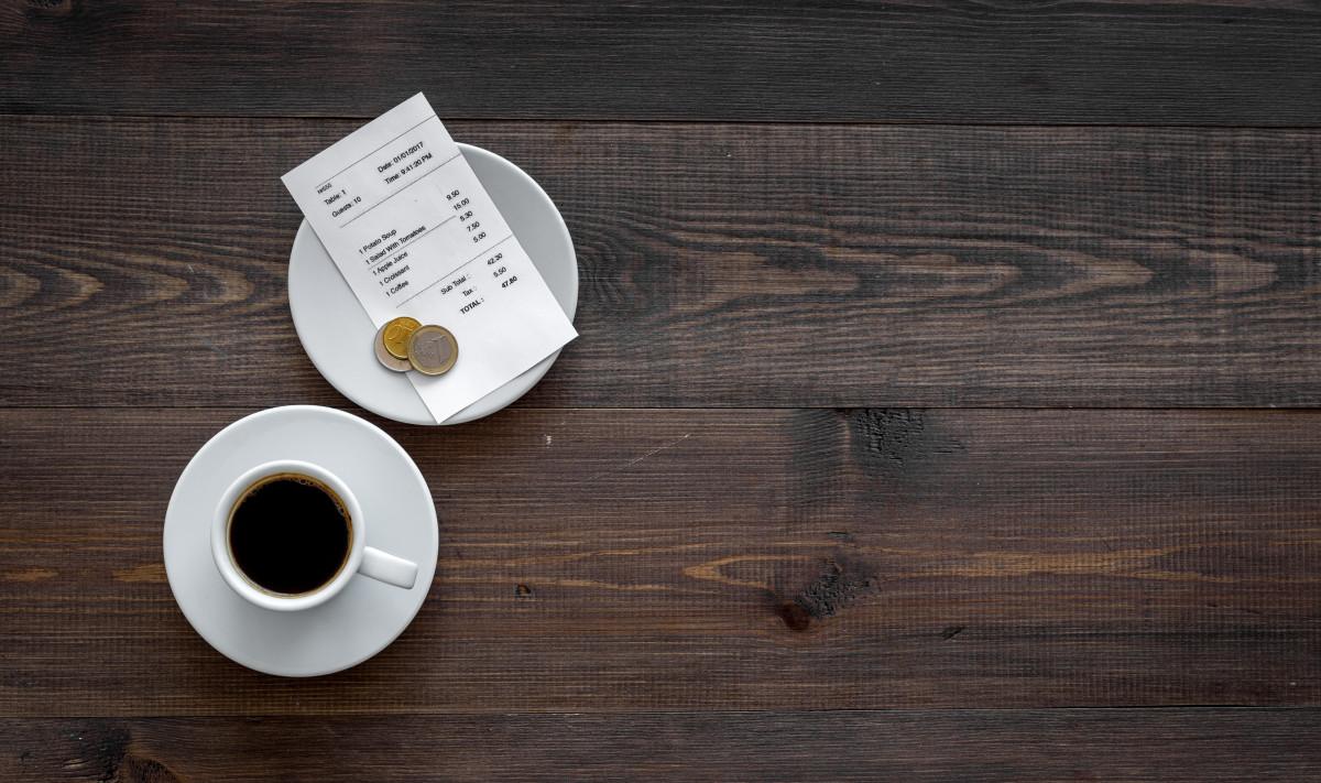 Un caffè viene servito con una ricevuta personalizzata.