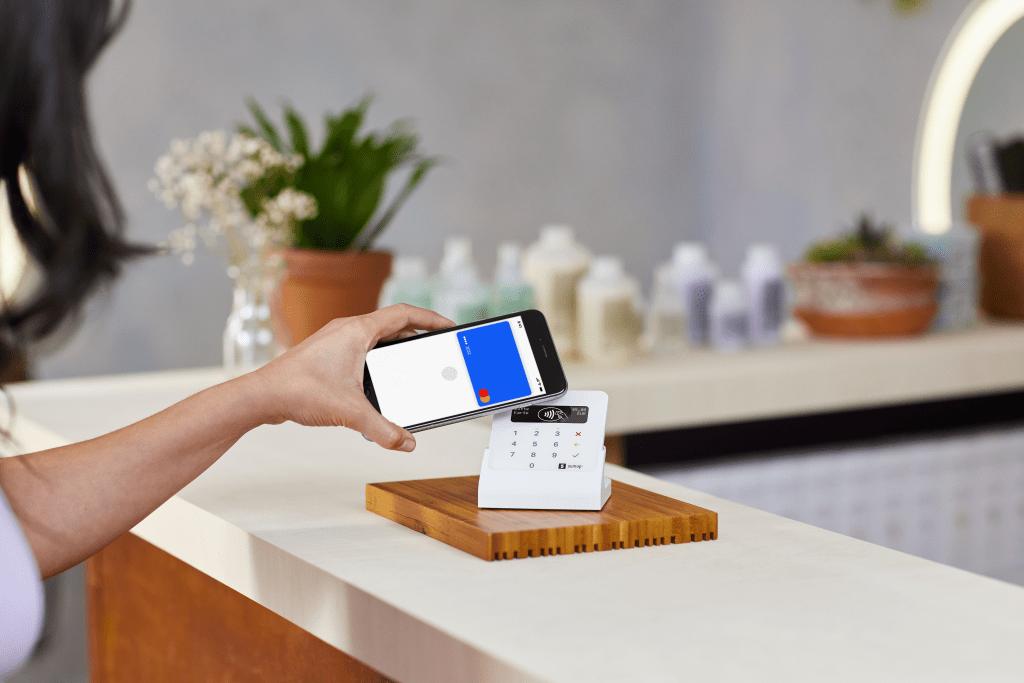 Kunde zahlt mit Air Bundle und Handy