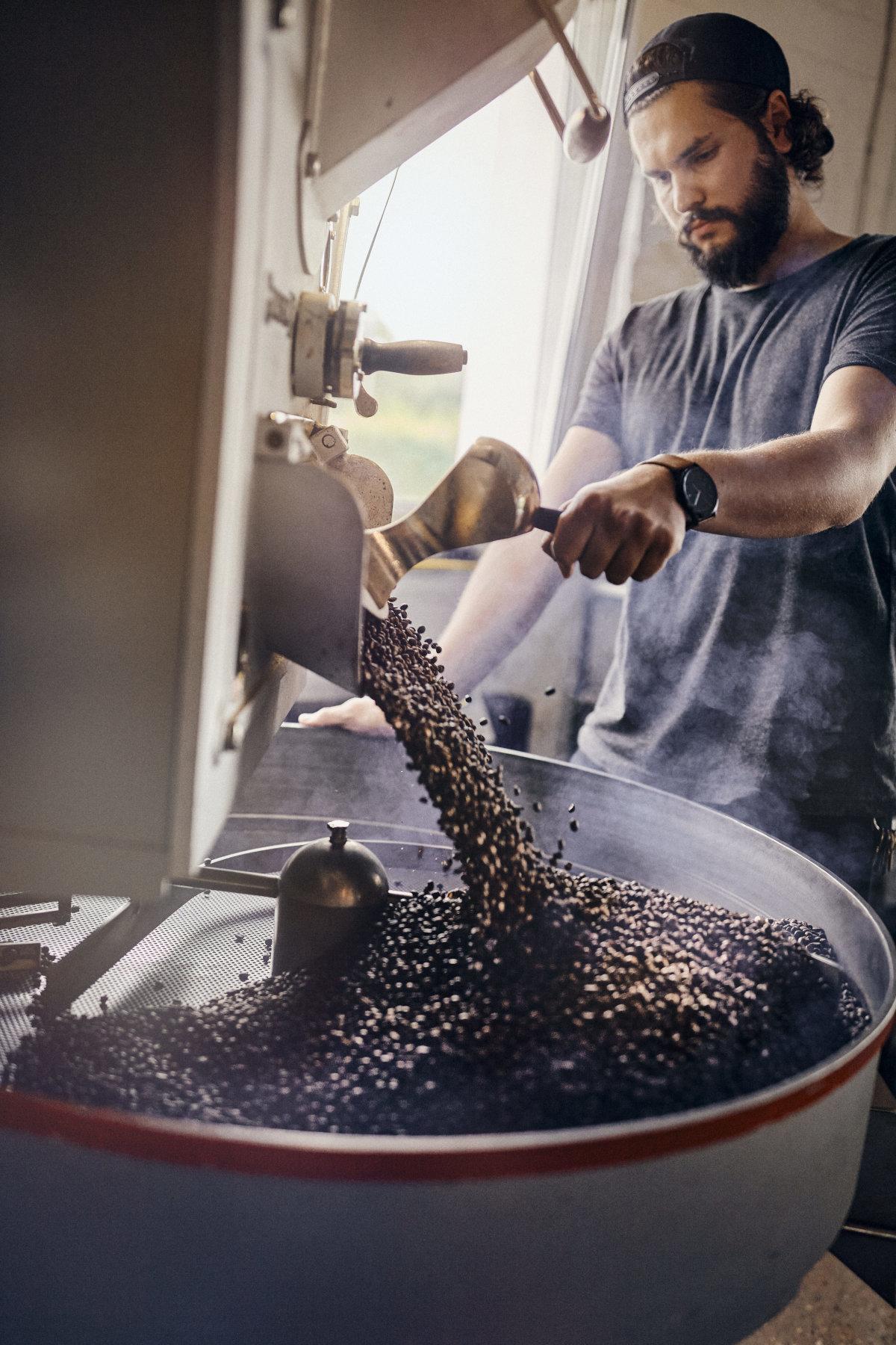 Mann röstet Kaffee in der Kaffeemanufaktur Heilandt