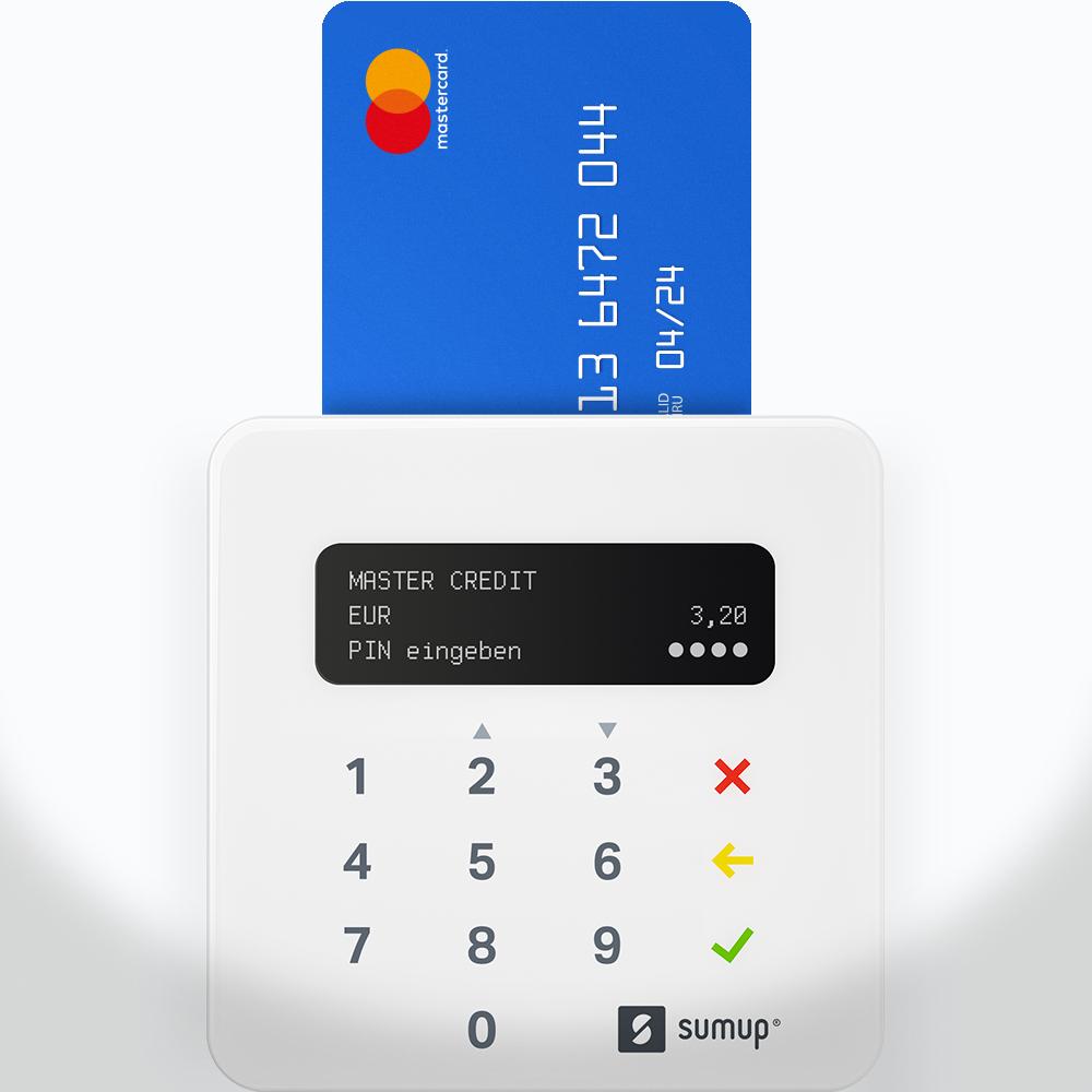 Eine Zahlungskarte schwebt über dem SumUp Air Kartenterminal