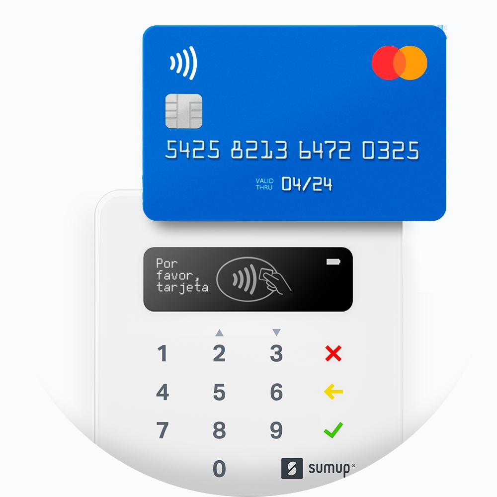 Una tarjeta de crédito colocada sobre el lector de tarjetas SumUp Air