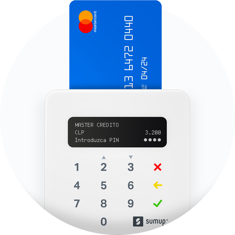 Una tarjeta de crédito dentro de la ranura del lector de tarjetas SumUp