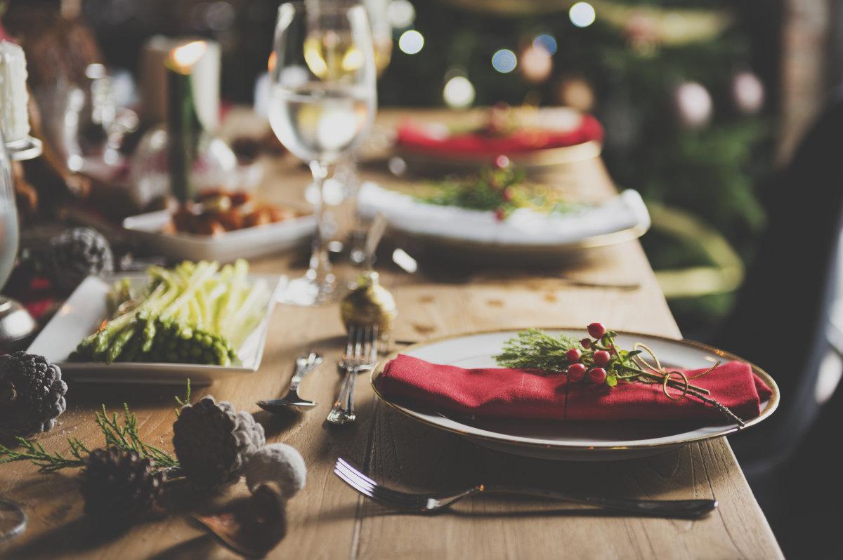 tavolo di natale calici piatto
