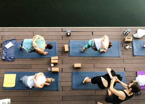 Yoga-Schüler auf Trainingsmatten.