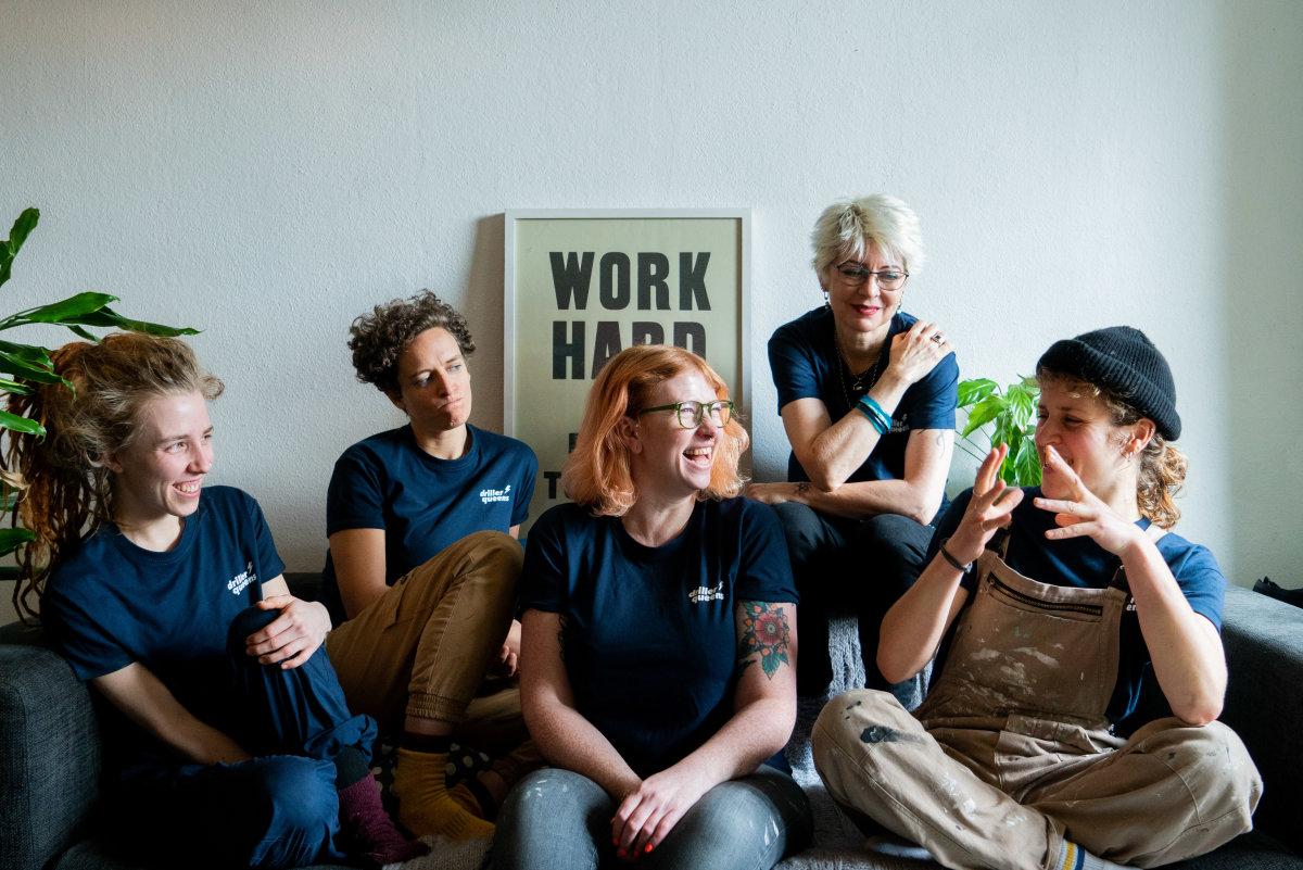 driller queens foto di gruppo ridendo sul divano