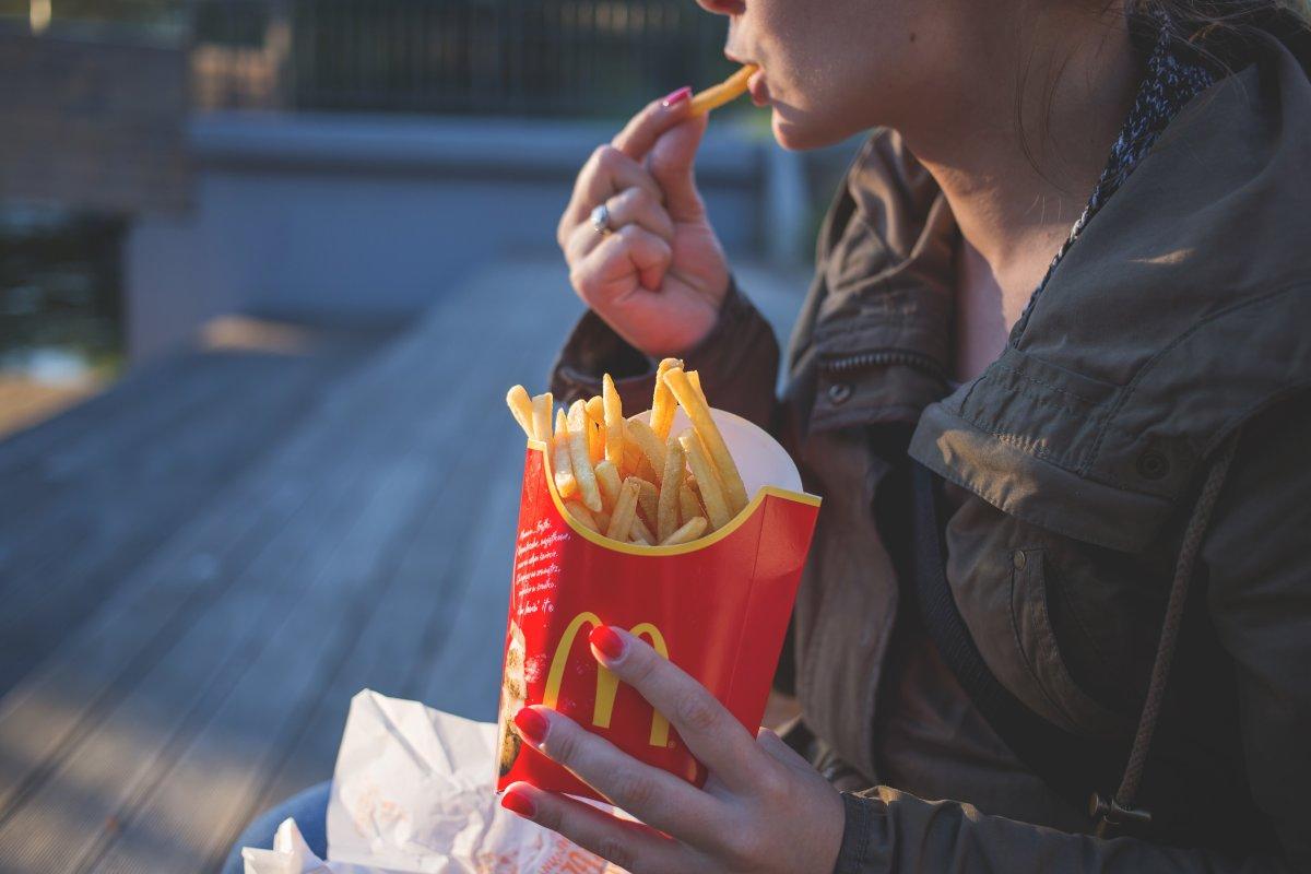 woman-eating-McDonald's