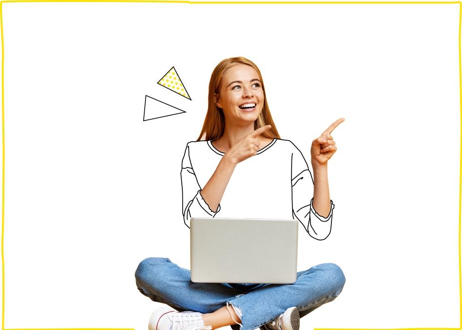 Mujer joven sentada feliz navegando por Internet tras contratar nuestras tarifas de fibra y móvil para empresas y negocios