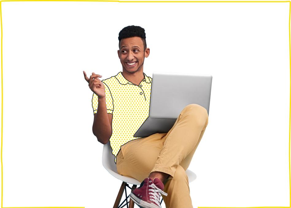 Hombre sentado con su ordenador, navegando en Internet con nuestras ofertas de Internet en casa