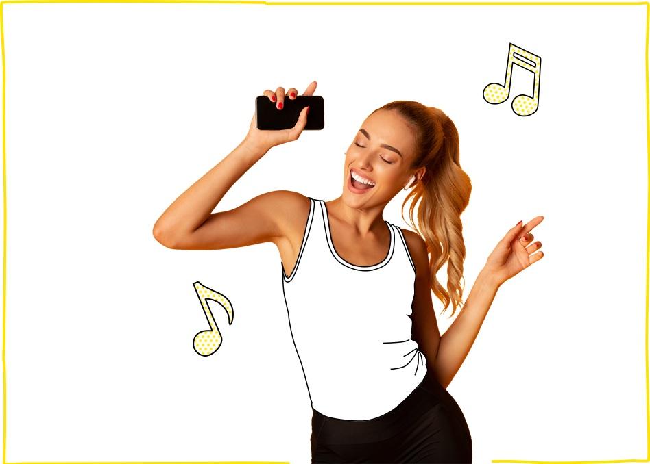 Mujer escuchando música en su móvil con una de nuestras tarifas para móviles