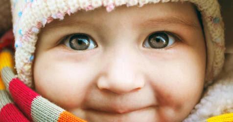Baby in Schal und Mütze