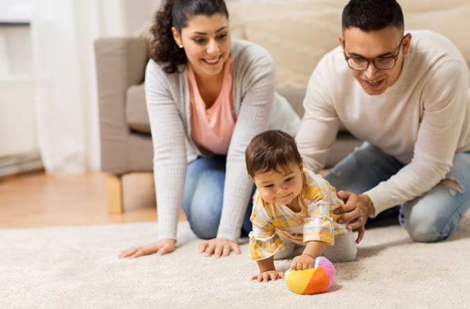 الأم والأب والطفل يلعبون بالكرة