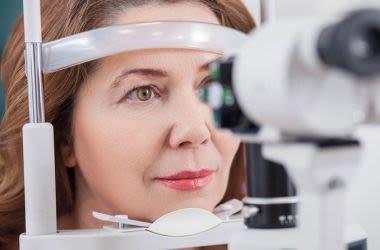 mulher fazendo um exame oftalmológico