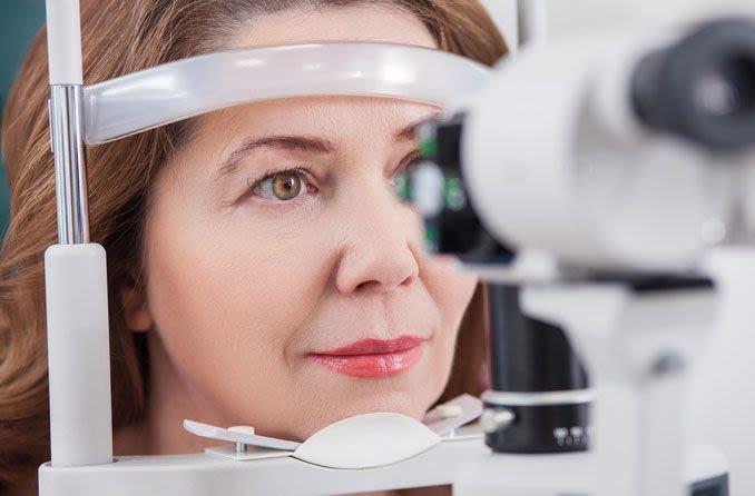 mujer recibiendo un examen de la vista