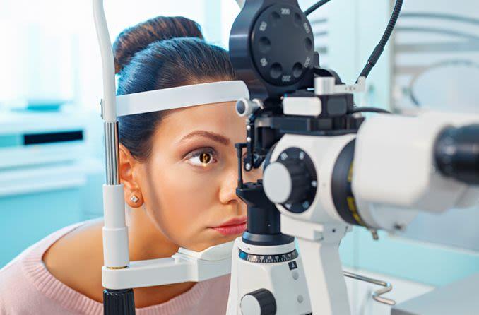 mulher tendo um exame oftalmológico