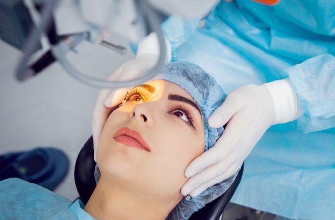 bir kadın gülümseme lazer ameliyatı alır