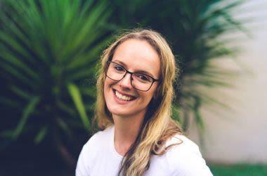 Mujer vistiendo anteojos de forma rectangular