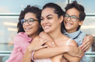 Uma família multicultural, mãe, filha e filho.