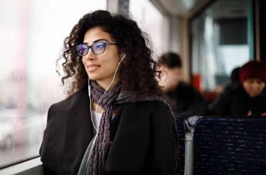 Şık gözlük çerçeveleri olan kadın