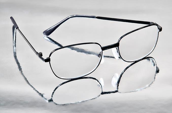 पॉली कार्बोनेट लेंस के साथ चश्मे की जोड़ी