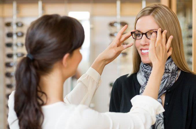 Frau wird mit Brille ausgestattet