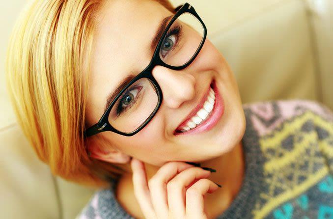 Lächelnde Frau mit Brille