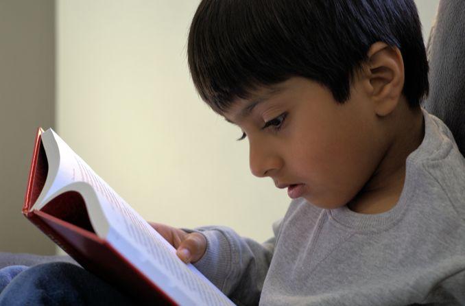 صبي يقرأ كتابًا