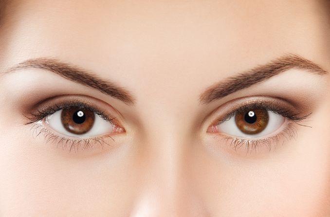 Eine Frau mit braunen Augen