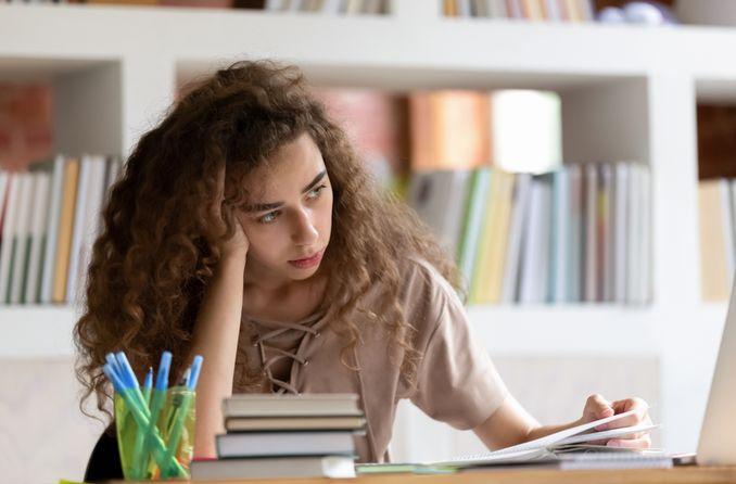 सीखने के मुद्दों के साथ बच्चा