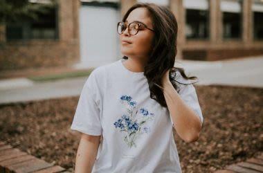 Uma garota de óculos.