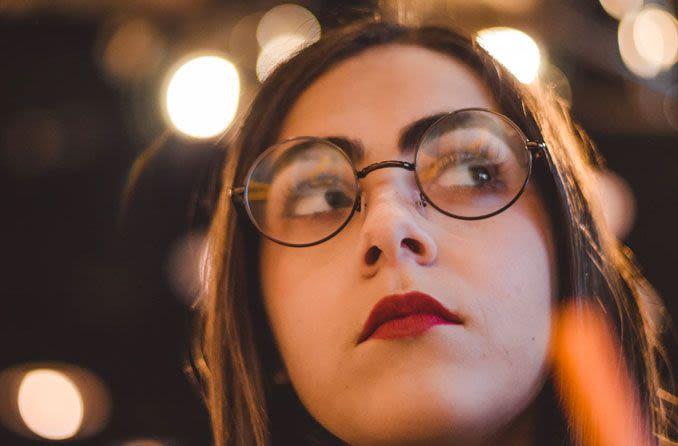 Görme düzeltici gözlük takan genç kadın