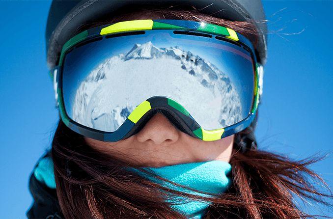 mujer con gafas de esquí