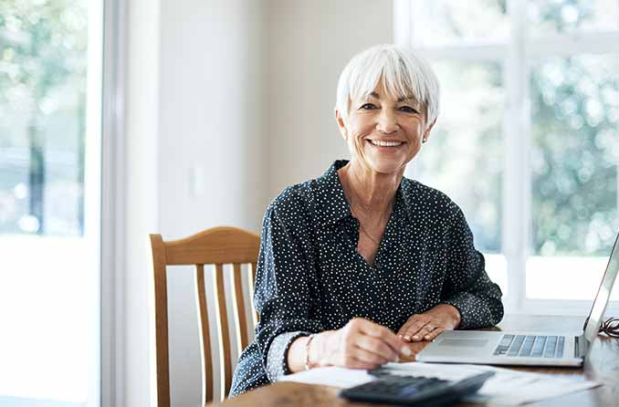 Femme aînée, séance, devant, ordinateur