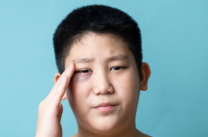 黒い目を持つ若い男