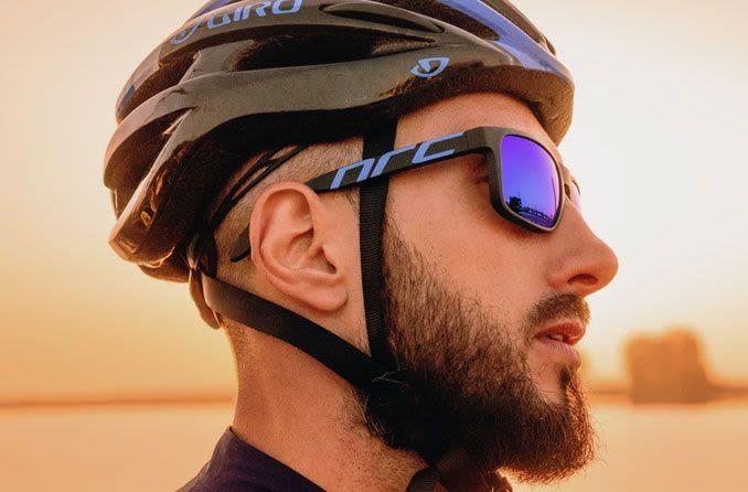 راكب دراجة يرتدي نظارات رياضية واقية.