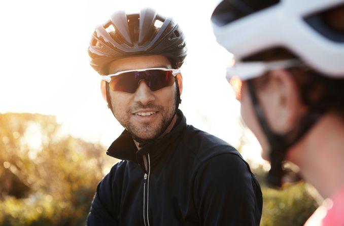 bir adam spor güneş gözlüğü takıyor