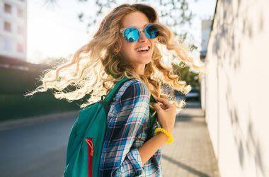 Mujer con gafas de sol de lente azul