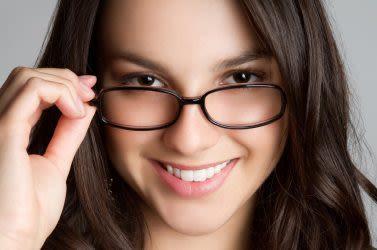 अपने चश्में के लिए सबसे अच्छा लेंस कैसे चुनें ?
