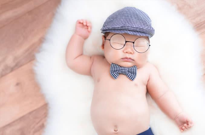 Bébé portant des lunettes