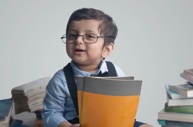 चश्मा पहने बच्चा