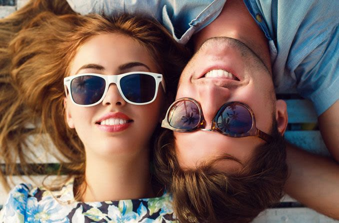 Zwei Teenager mit Sonnenbrille