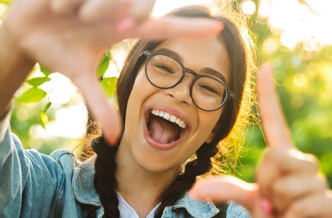 فتاة مراهقة سعيدة ترتدي نظارات
