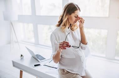 Mujer embarazada con irritación ocular