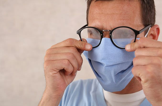 gafas de niebla en un hombre con mascarilla