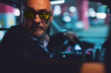 رجل يرتدي نظارات القيادة ليلا