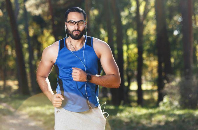 bir adam özel gözlük takıyor