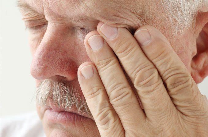 Человек протирает глаза Chelovek protirayet glaza