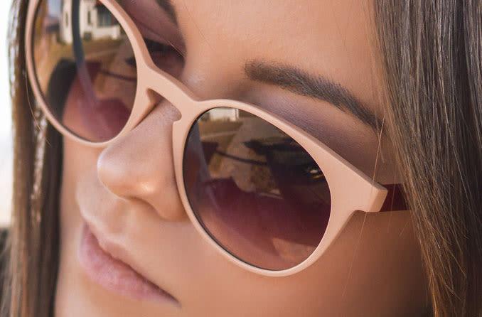 mulher vestindo óculos de sol de grife