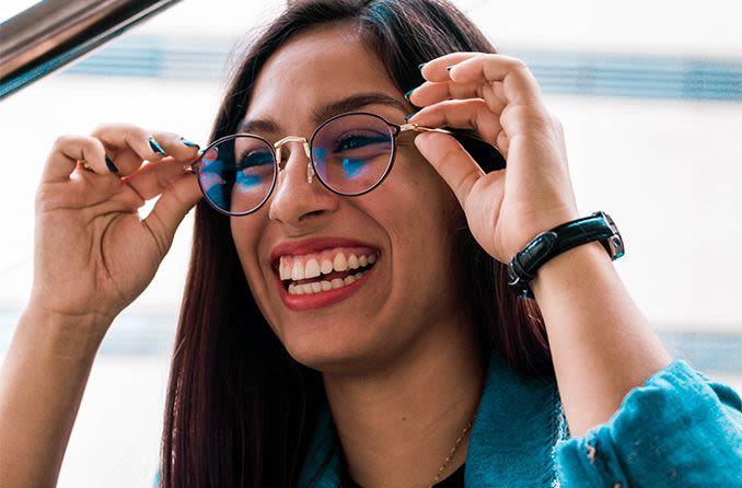 امرأة تحاول على النظارات