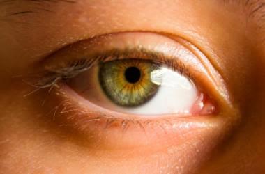 Haselnussbraune Augen mit Nuancen von Grün, Bernstein und sogar Blau