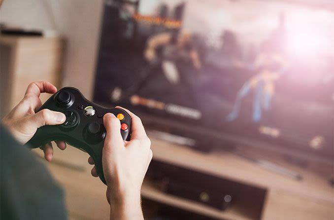 Persona jugando videojuegos durante la cuarentena de coronavirus